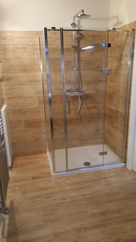 Pavimento bagno finto legno for - Bagno con gres effetto legno ...