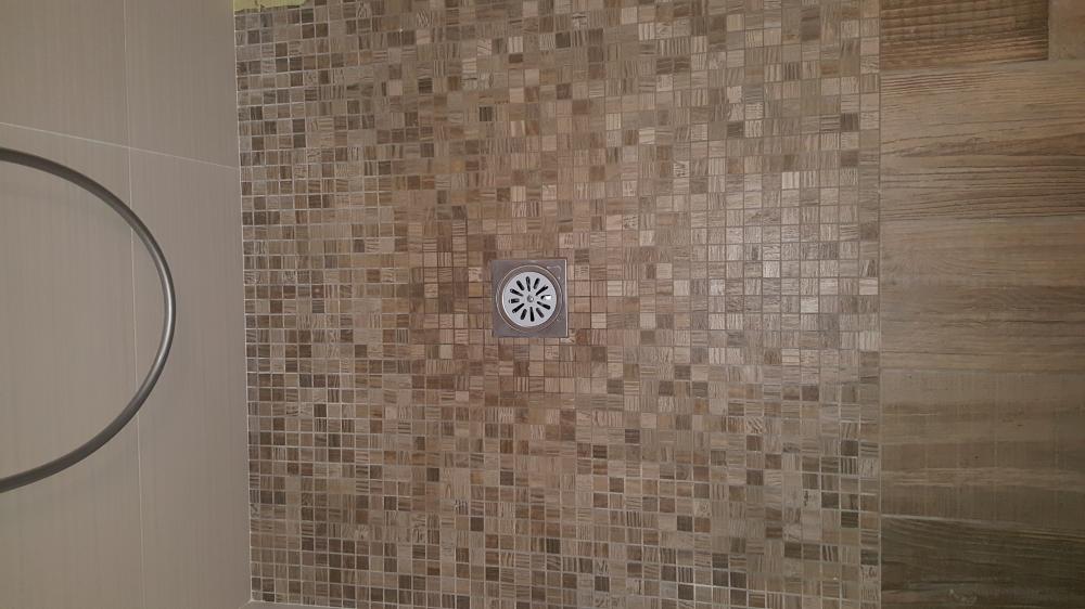 piatto doccia realizzato con mosaico su rete ottenuto dalla lavorazione di legno ceramico la stessa